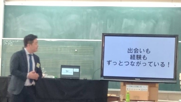 小学生の前で講演を行う運営者の様子